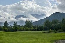 Golfen mit Bergblick